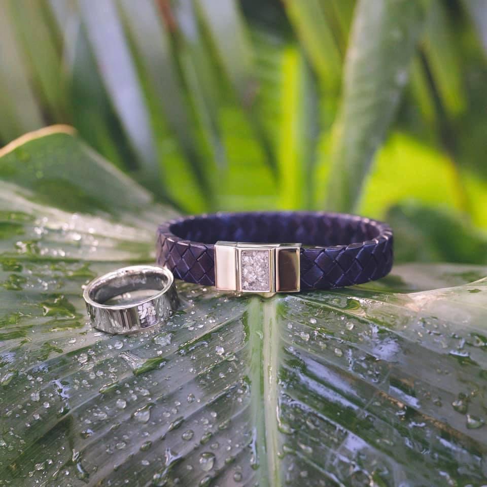 Zwart lederen armband met zilveren sluiting gevuld met as