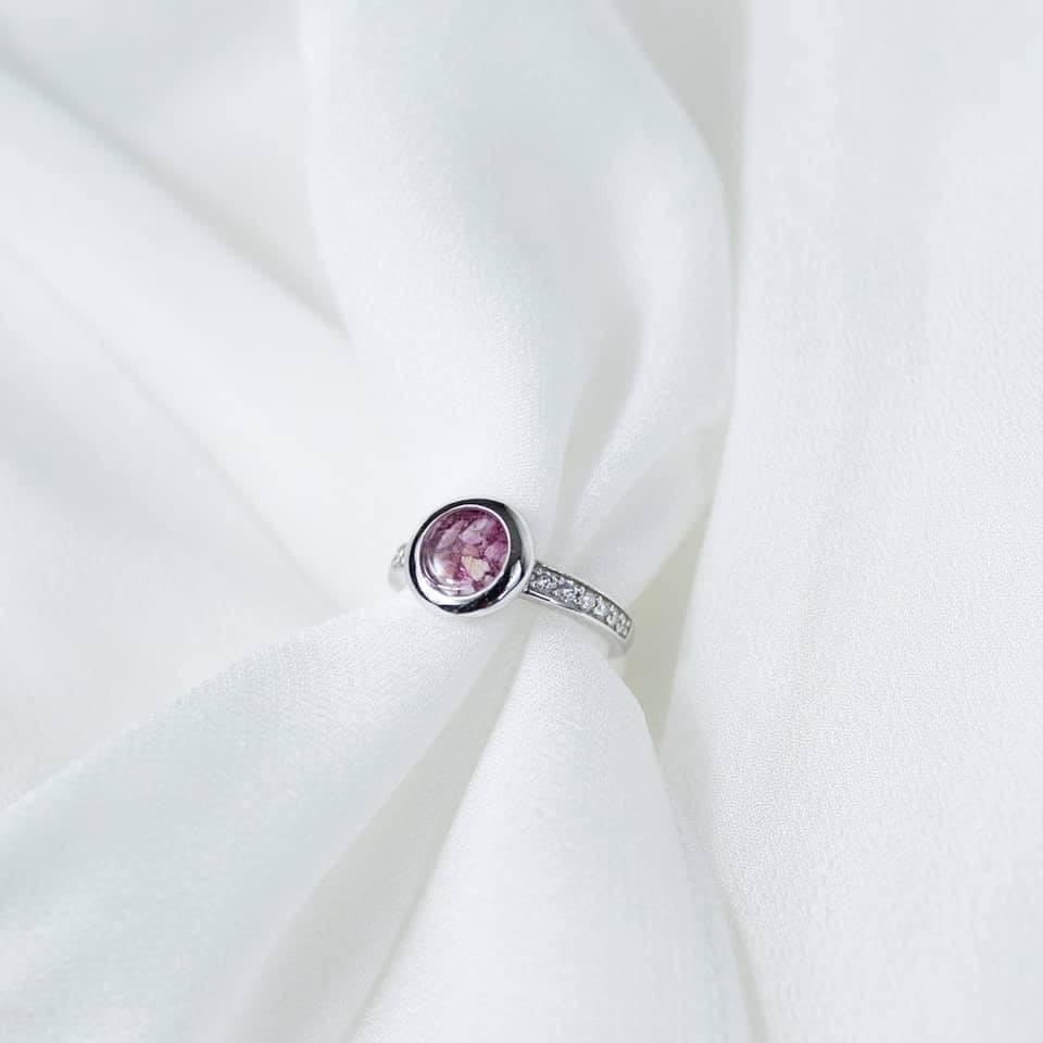 Strakke ronde zilveren ring met band vol zirkonia gevuld met as